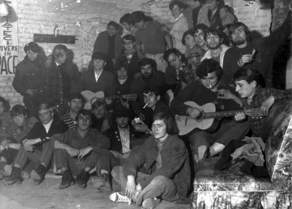 Quelli furono i giorni in cui i giovani di Mondo Beat mutarono da capelloni in contestatori